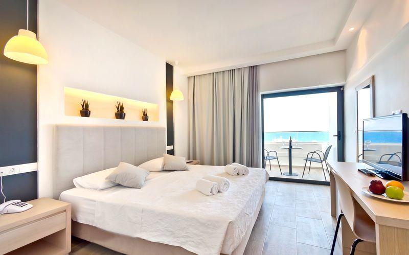 Dobbeltrom med havutsikt på hotell Alexia Premier City i Rhodos by.