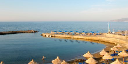 Stranden ved hotellet i solnedgang