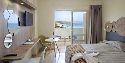 Dobbeltrom med havutsikt på hotell Nelia Beach i Ayia Napa, Kypros.