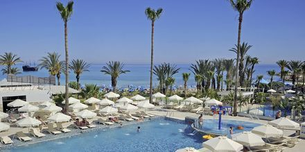 Bassengområdet på hotell Nelia Beach i Ayia Napa, Kypros.