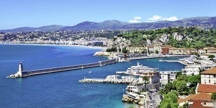 Nice, byen med fjellene i ryggen og strand mot havet