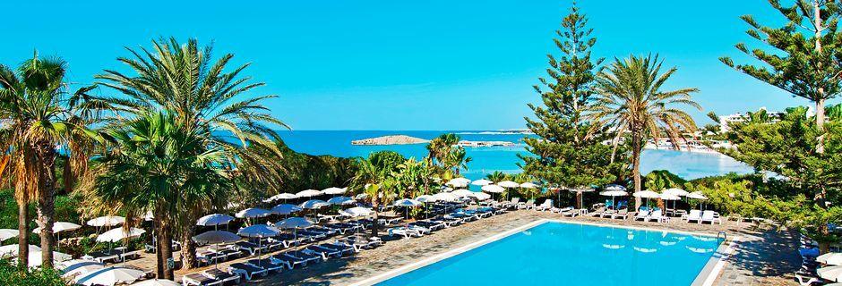 Bassengområdet på Hotell Nissi Beach i Ayia Napa, Kypros.