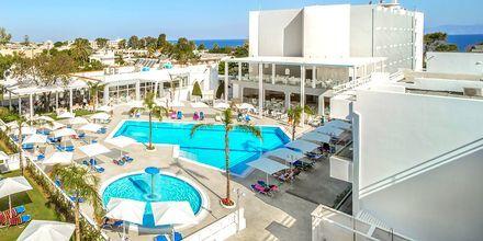 Bassengområdet på hotell Oceanis Park i Ixia på Rhodos, Hellas.