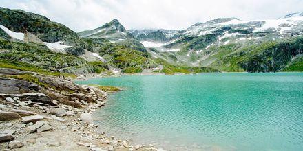 Isbre ved en innsjø i Alpene.