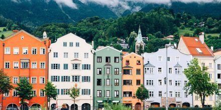 Innsbruck er en pittoresk som ligger nede i en dal blant høye fjelltopper.