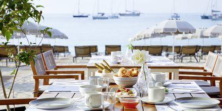 Dagen starter med frokost akkompagnert av vakker havutsikt