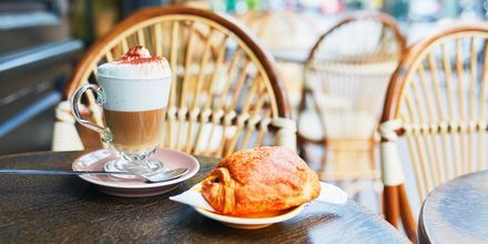 Café au lait og croissant i Paris, Frankrike.