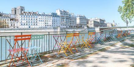 Uteservering ved elven Seinen i Paris, Frankrike.