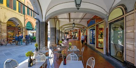 Sjarmerende gata i Pisa, Toscana, Italia.