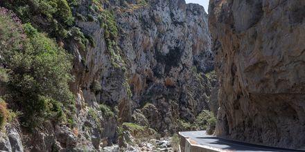 Smale veier i fjellsidene er et vanlig syn i Plakias.