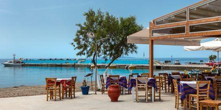 Langs strandpromenaden i Plakias er det mange tavernaer å velge blant.