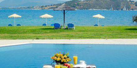 Utsikt fra bassenget –  Porto Ligia på Lefkas