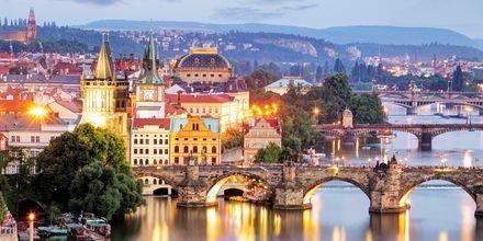 Broene over elven Moldau i Praha, Tsjekkia.