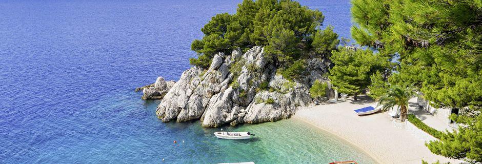 Som perler på en snor liger de små strendene på Makarskas riviera