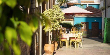 Slå deg ned ved en liten kafé