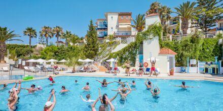 Vanngymnastikk i bassenget på hotellet