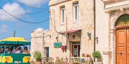 Ved klosteret ligger den koselige byen Amnatos