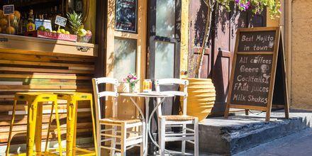 Gamlebyen i Rhodos by med koselige kaféer og restauranter