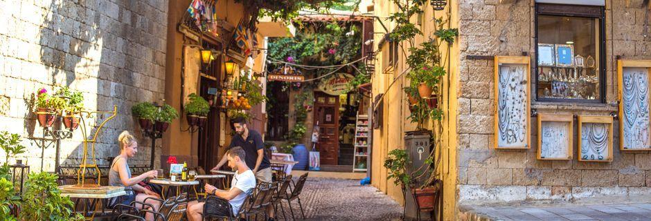 I Rhodos by er det mange restauranter og gode shoppingmuligheter
