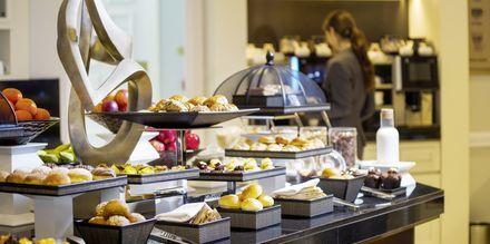 Frokost, lunsj og middag serveres daglig i Club Loungen