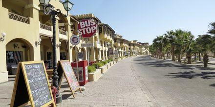 Strandpromenaden med hyggelige små kaféer og restauranter