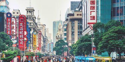 Nanjing road er byens puls og mest kjente gate. Her shopper du, fester og spiser.