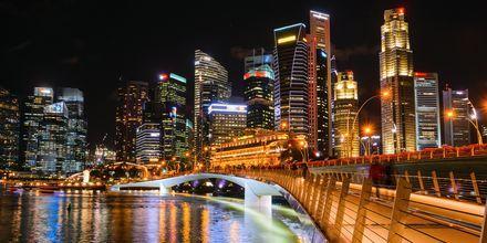 Singapore på kvelden, en vakker opplyst by.