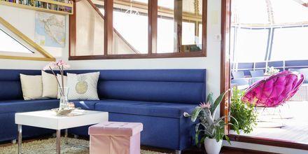 De moderne yachtene har vakre detaljer og god plass for avslapping og sosialt samvær.
