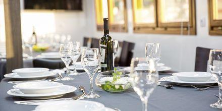 Frokost og lunsj er inkludert og serveres om bord.