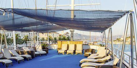 Alle yachtene har et stort soldekk med mange solsenger. Flere av yachtene har små basseng eller jacuzzi.