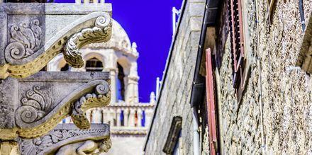 Korčula by er en typisk dalmatisk middelalderby. Midt i står St. Markus-katedralen med sine vakre utsmykninger.