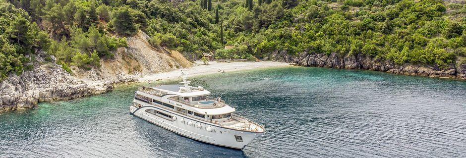 Om dagen kommer vi til å legge til ved strender og bukter for å bade fra yachten.