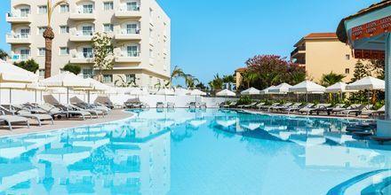 Bassengområdet på hotell Sunrise Garden i Fig Tree Bay, Kypros.