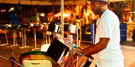 """Karakteristisk """"Steel Drum"""" orkester på Tobago"""