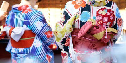 Japanere har mange tradisjoner som strekker seg langt tilbake i tid. Her er to geishaer i Tokyo.