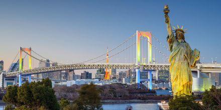 Tokyo har en egen Frihetsgudinne, her står hun foran Regnbuebroen.