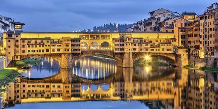 Ponte Vecchio heter den kjente broen som går gjennom Firenze, over elven Arno.
