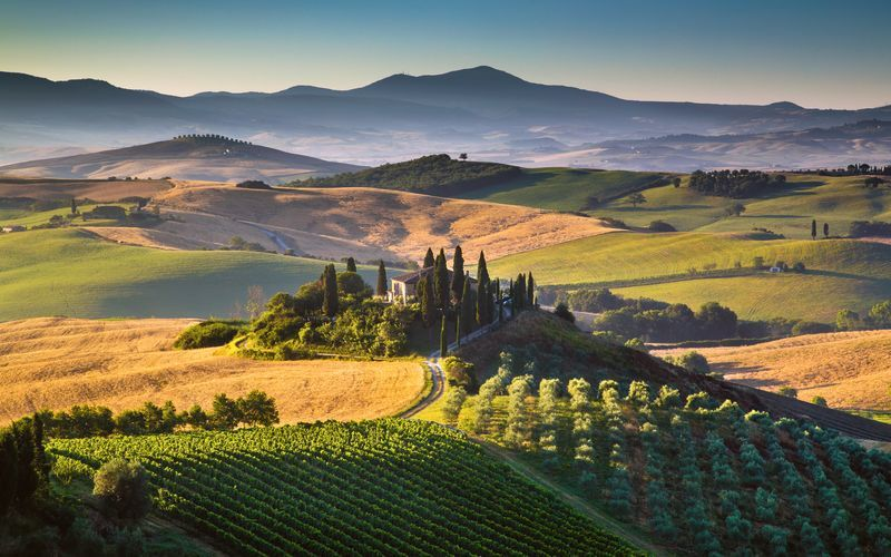 Toscana lokker med et bølgende landskap, vingårder og historiske byer.