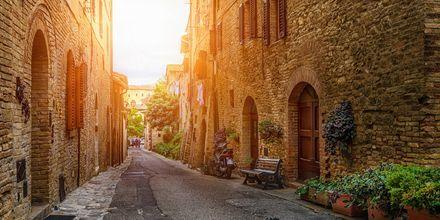Middelalderbyen San Gimignano er det vel verdt å besøke under en ferie i Toscana.