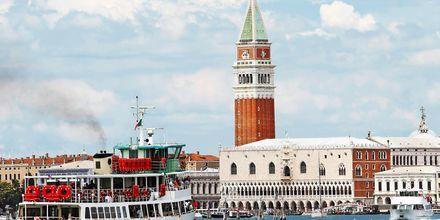 Det karakteristiske tårnet på Dogepalasset på Markusplassen i Venezia
