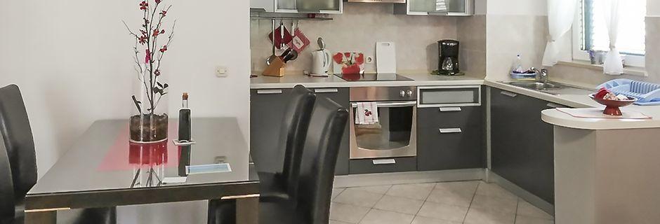 Kjøkken og spisebord i leilighet