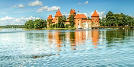 Trakai-slottet utenfor Vilnius ligger vakkert til i en innsjø.