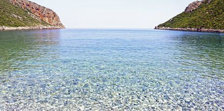 Krystallklart vann og sandstrand i Vlychada