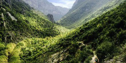 Vikosravinen i Epirusområdet er utmerket for sykling og vandring, med ca. 65 mil med sine brosteinskledde stier