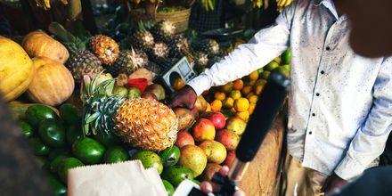 Fersk frukt på marked på Zanzibar i Tanzania, Afrika.