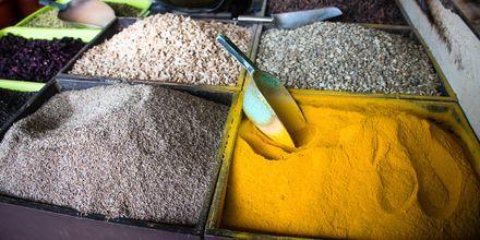 Krydder til salgs på marked på Zanzibar i Tanzania, Afrika.